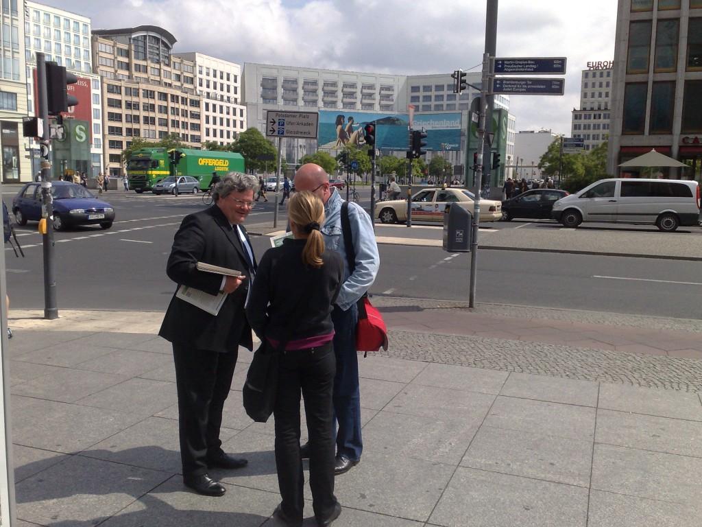 Reinhard Bütikofer bei einem Stand am Potsdamer Platz, Berlin